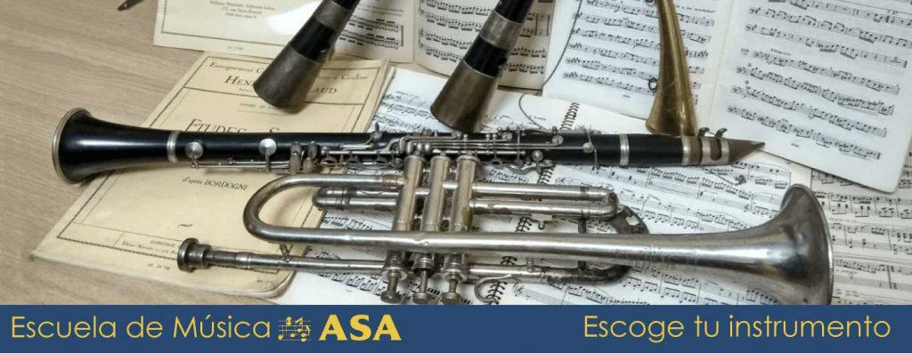 gaitas, clarinete y trompeta sobre partituras